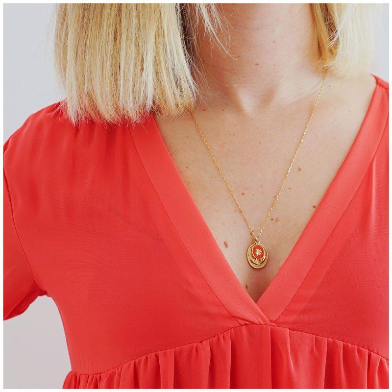 Décolleté de la robe Inès glamour, légère et ample. Coloris rouge coquelicot.