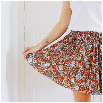 Jupe Allison courte, plissée et à fleurs rouge et bleu clair