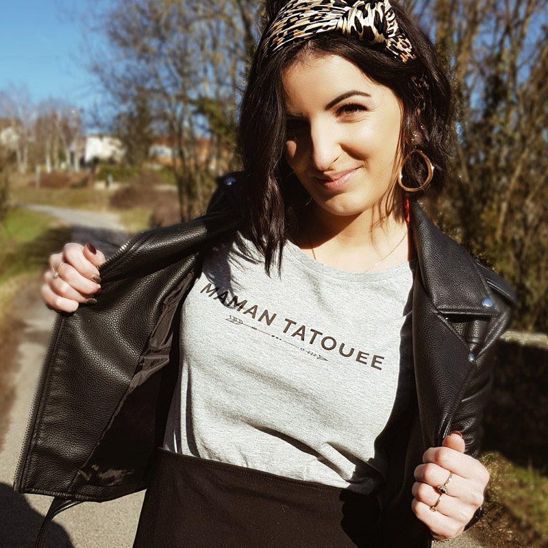 Afleurdemaman porte le t-shirt maman tatouée de Maia et Zoé. Tee-shirt gris chiné avec message en noir