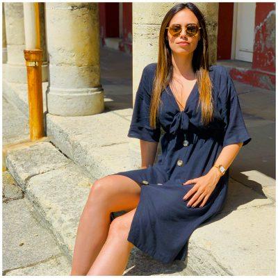 Alyson__c porte la robe Sahara noire avec noeud ajustable