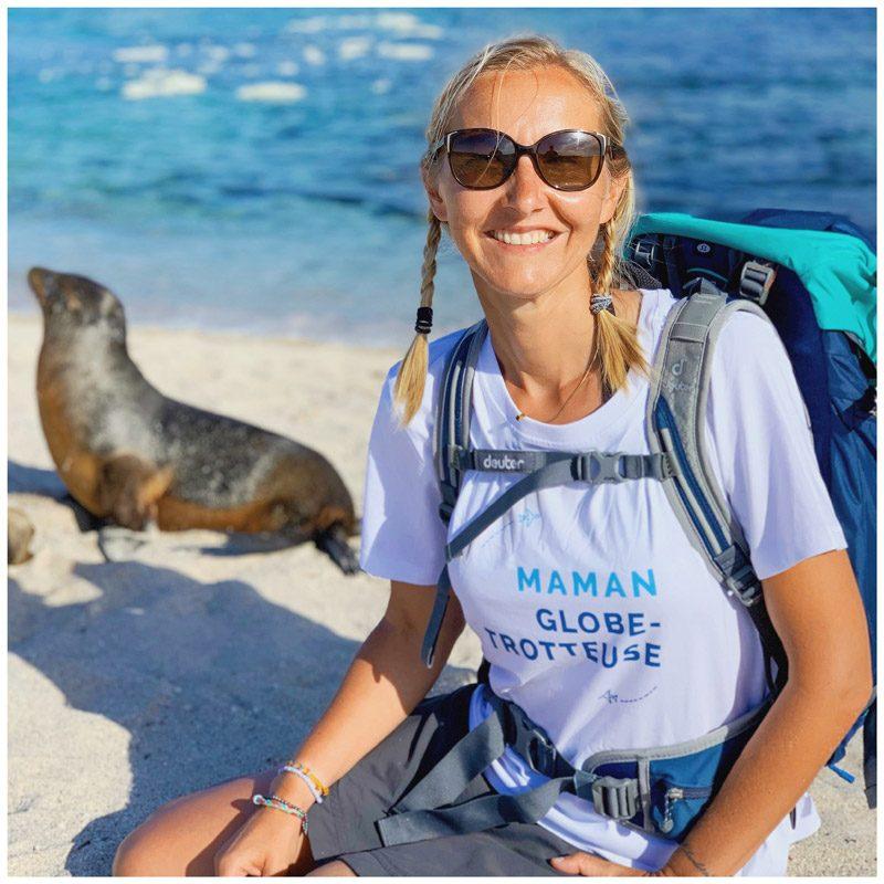 Chaloumar360 porte le t-shirt maman globe-trotteuse lors de son tour du monde