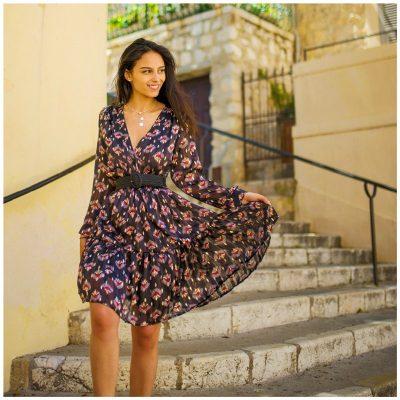 Danamouyon porte la robe Inès noire et fleurie