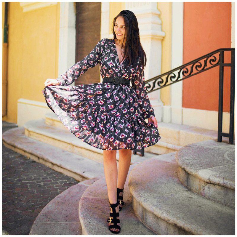 Danamouyon porte la robe légère fleurie noire
