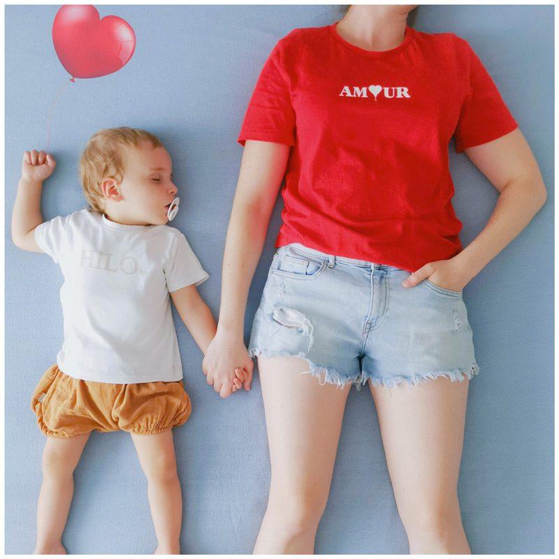 Ma.jolie.bulle porte le t-shirt amour rouge