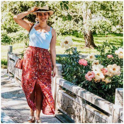 Prettytinything porte la jupe Maddie rouge à fleurs