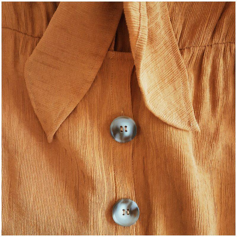 Détails de la robe Sahara ocre couleur desert