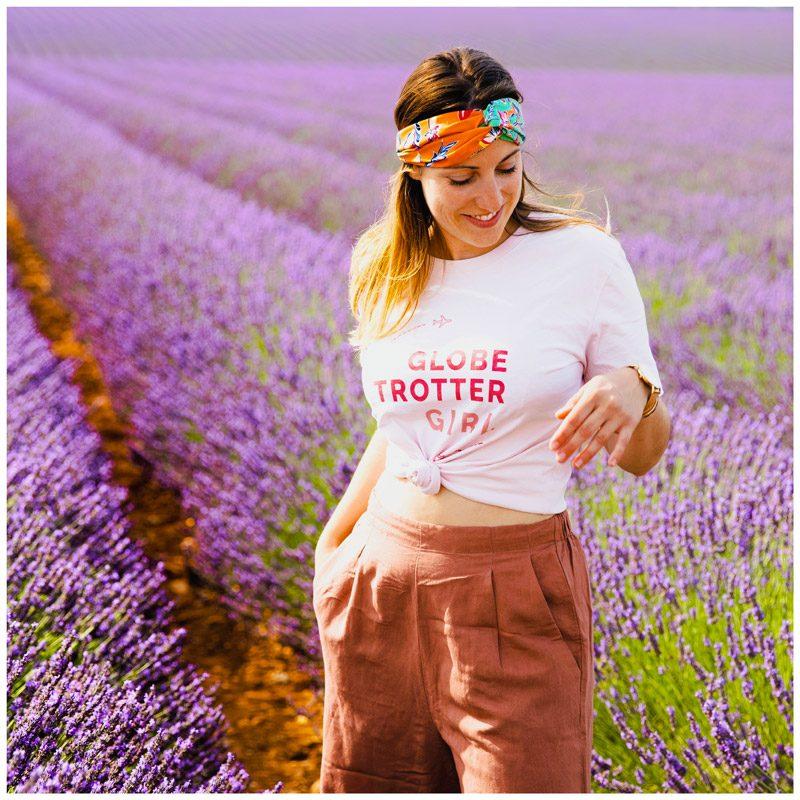 Amoureuxvoyageux porte le tee-shirt Globetrotter Girl en coton bio. Ce t-shirt fera le tour du monde
