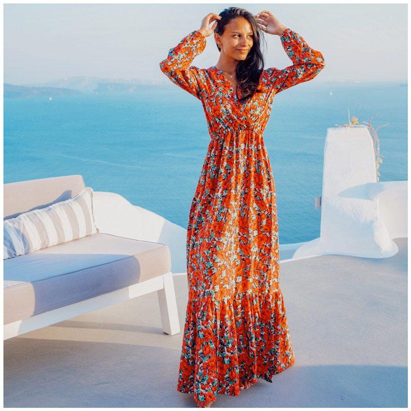 Danamouyon porte la robe Capucine. Elle est fleurie et rouge, très romantique