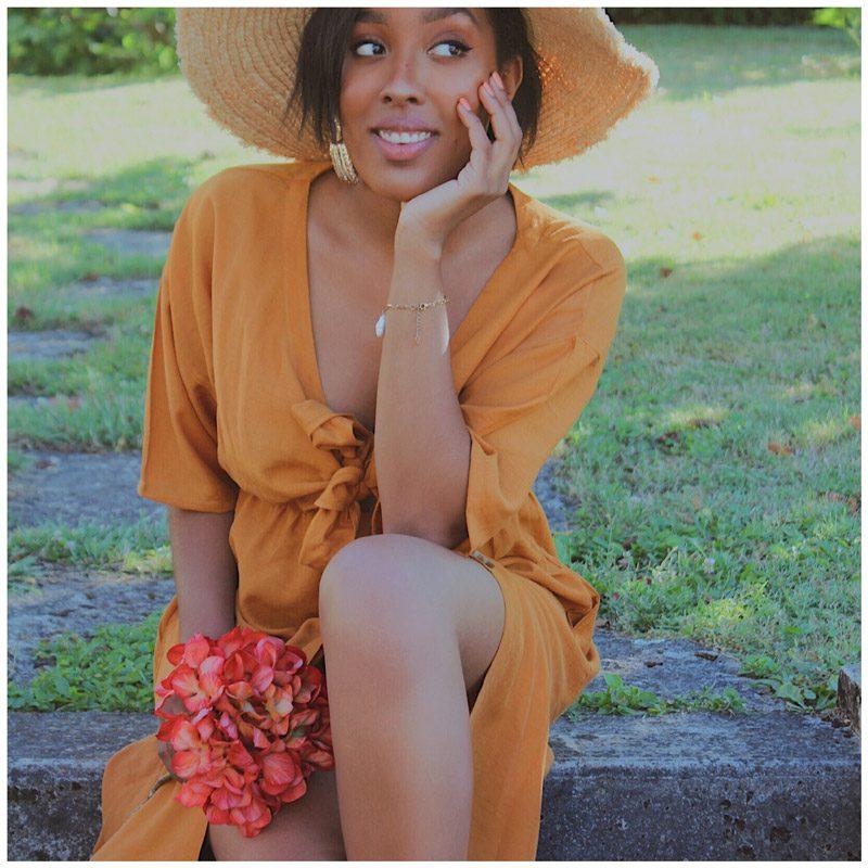 Linda_smt porte la robe sahara couleur ocre avec noeud pour régler le décolleté et des boutons sur le devant