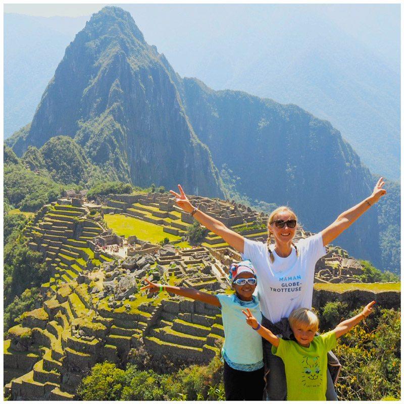 Chaloumar360 porte le tee-shirt maman globe-trotteuse au Machu Picchu