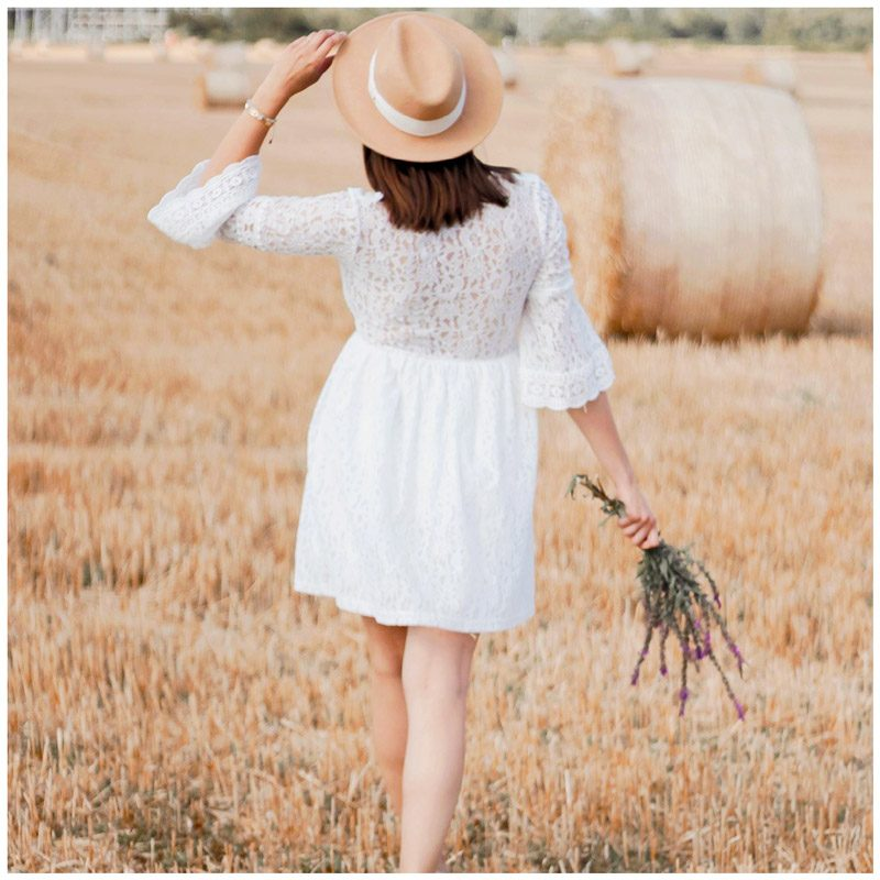 Elise.bgn porte la robe Séléna blanche en dentelle, le dos est transparent