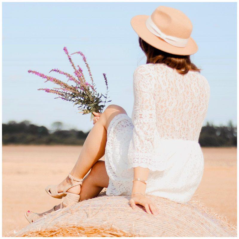 Elise.bgn porte la robe Séléna blanche. Le dos et les manches sont transparents