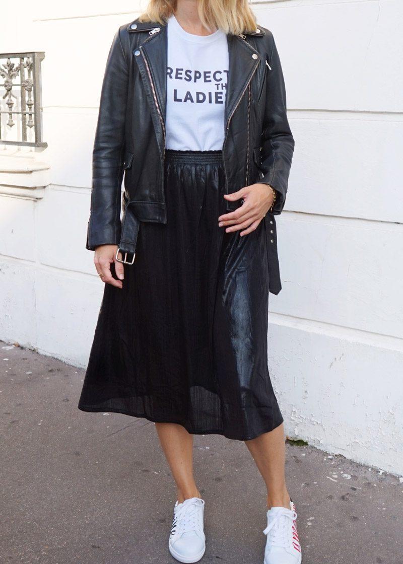 Jupe noire et brillante Ophélie, portée avec le t-shirt Respect the ladies, création originale de Maia et Zoé