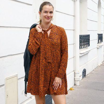 Robe Hilda marron avec imprimé feuille noire