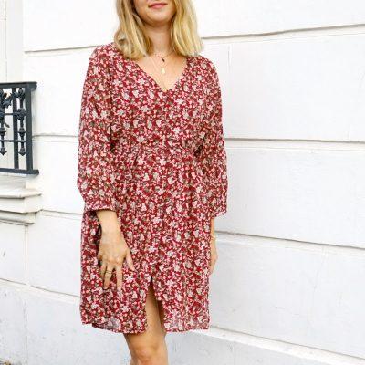 Robe Noémie couleur bordeaux avec un imprimé fleuri automnal
