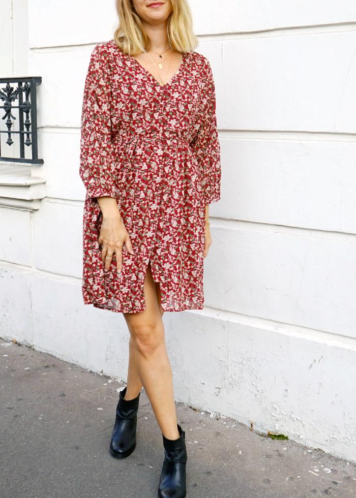 Robe Noémie couleur rouge bordeaux à imprimé fleuri automnal