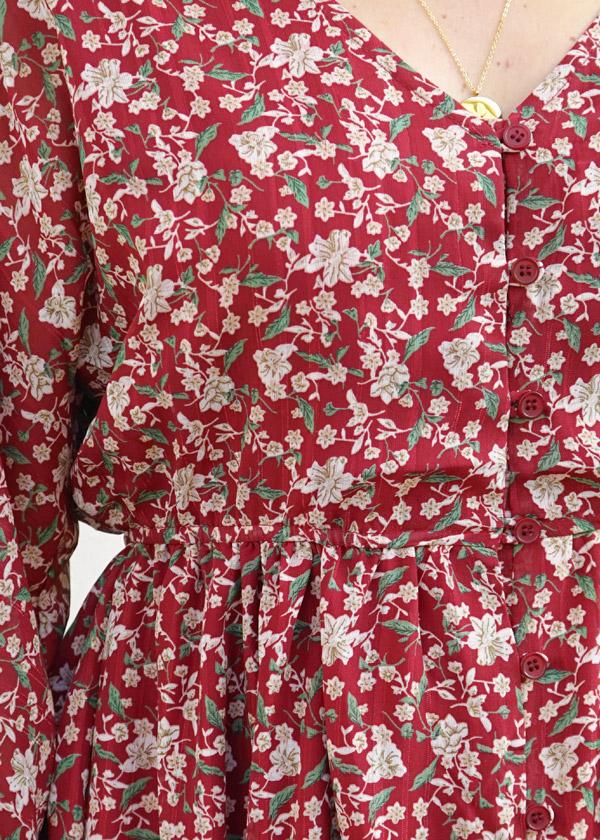 Détails des fleurs de la robe Noémie bordeaux à imprimé fleuri automnal