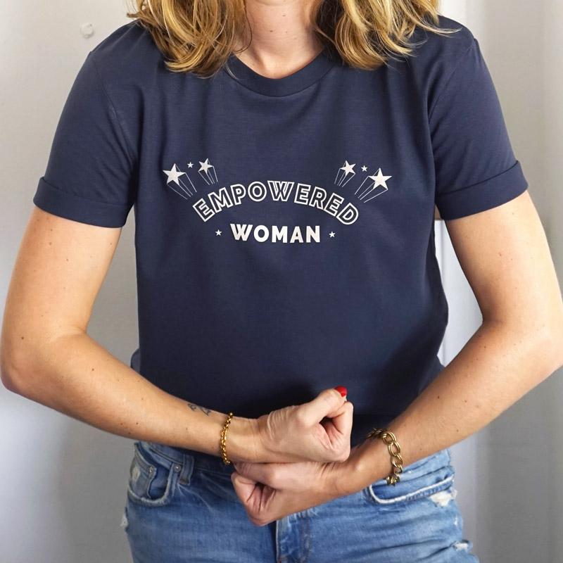 Tee-shirt Empowered woman. Révélez votre pouvoir et votre force. T-shirt pour femme féministe et indépendante.