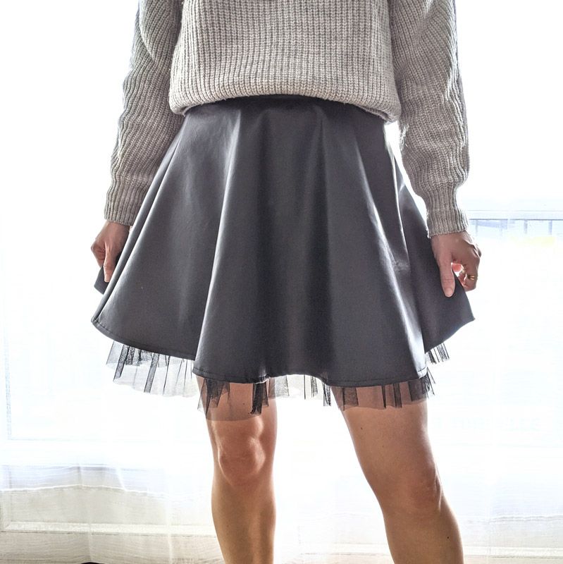 La jupe Britney est une jupe patineuse en simili cuir noir et tulle pour un côté glam'rock