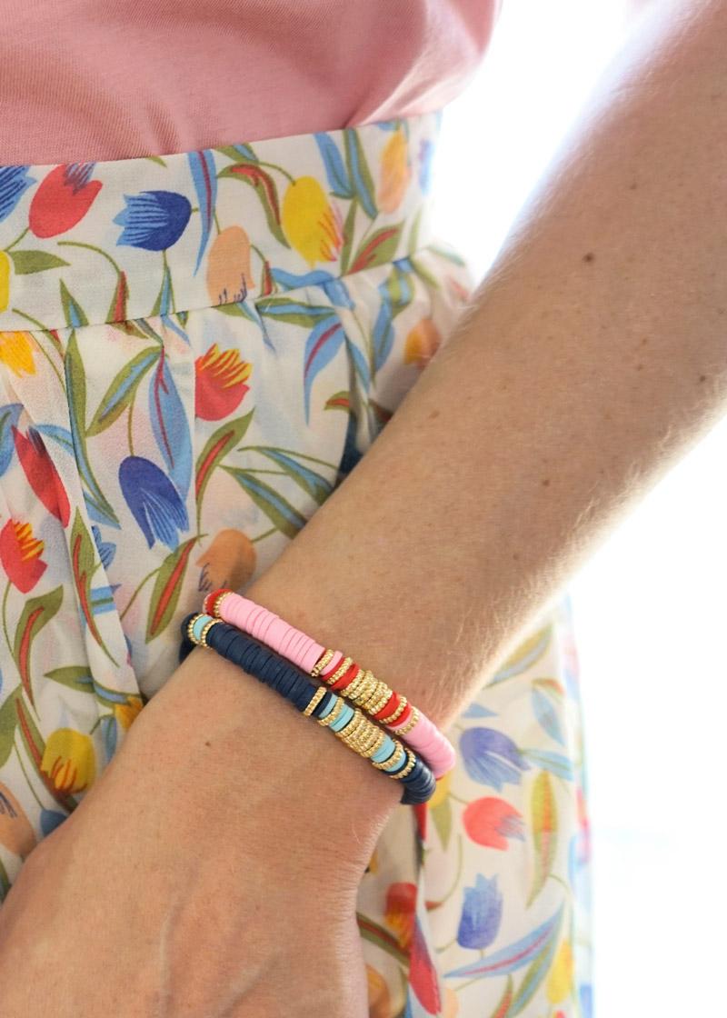 Jupe fleurie et bracelet tendance rose et bleu