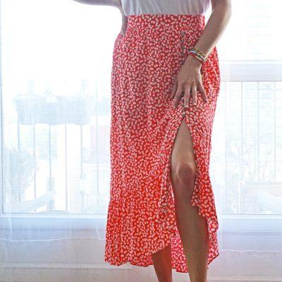 La jupe Lily est dans la tendance de cet été avec son imprimé fleuri rouge et blanc. On adore son côté sexy avec l'ouverture sur la cuisse.