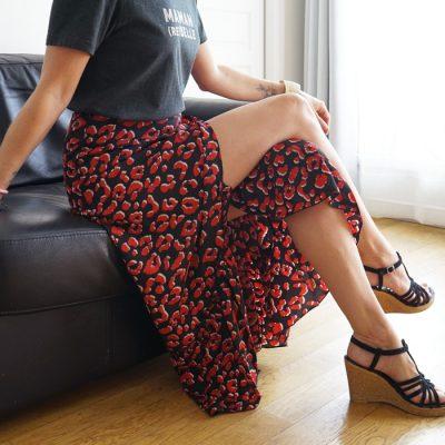 Jupe longue rouge et noire, portefeuille elle est la tendance de cet été pour un look glamour