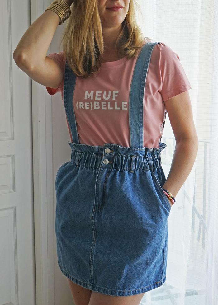 On craque complètement sur cette jupe salopette en jean, un must have de son dressing