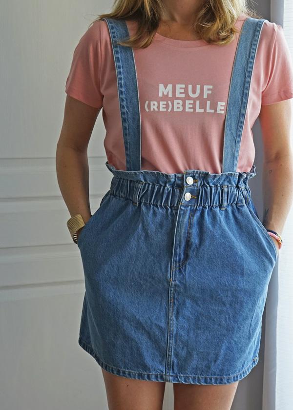 La jupe salopette en jean Alba est élastique à la taille et les bretelles sont réglables