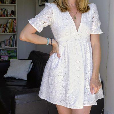 Jolie robe blanche printanière à la broderie anglaise. A la fois romantique tout en étant décontractée, cette robe est un basique de ce printemps été.