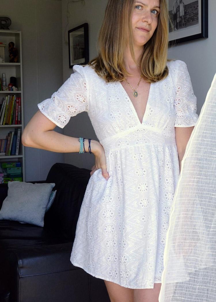 Robe blanche en broderie anglaise. Romantique et glamour, cette robe est un classique de ce printemps été.