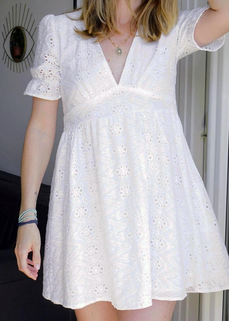 Jolie robe printanière à la jolie broderie anglaise. Idéale pour ce printemps été.