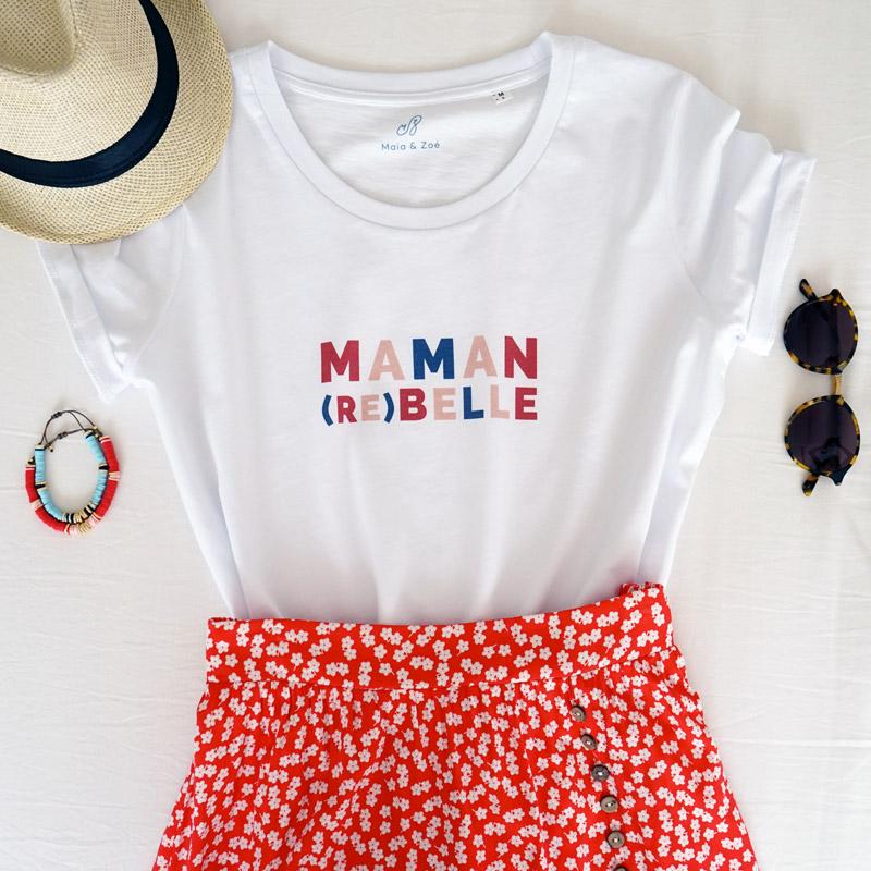 Tee-shirt maman rebelle de couleurs blanc avec détails en rouge et bleu