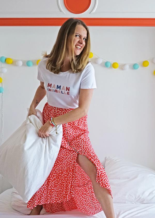 Cadeau pour la fête des mères, le tee-shirt maman rebelle est parfait cet été avec une jupe fleurie.