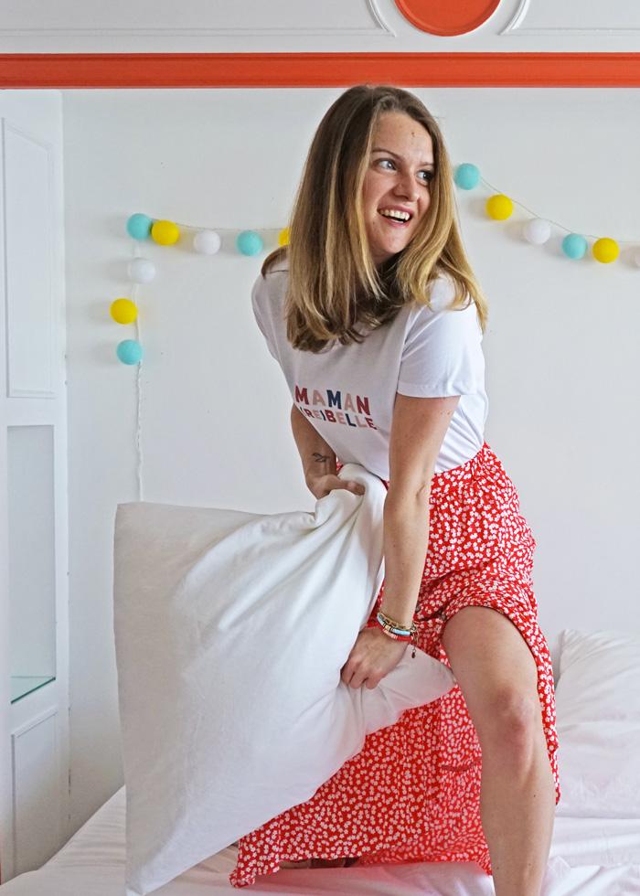 Le ts-hirt maman rebelle se porte parfaitement avec une jupe longue coloré ou tout simplement avec un jean pour un look décontracté