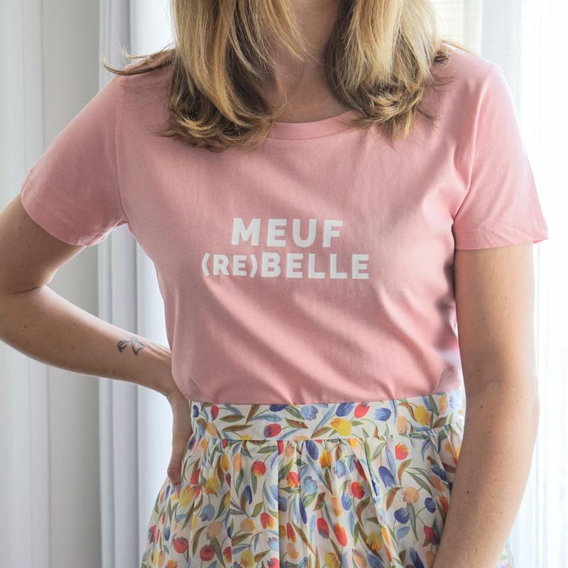 Le t-shirt meuf rebelle summer edition fête le printemps / été 2020. Sa couleur vieux rose s'accordera parfaitement cet été avec un jean blanc, une jupe fleurie ou un mini short en denim brut.
