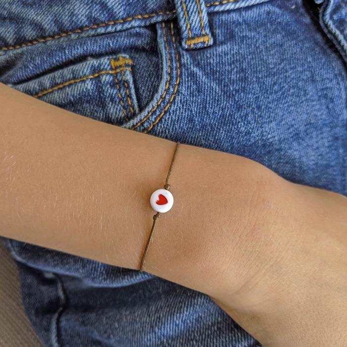 bracelet avec un petit coeur rouge pour enfant