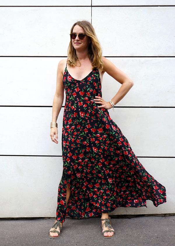 Robe longue noire avec fleurs rouge, tendance cet été à l'esprit boheme chic