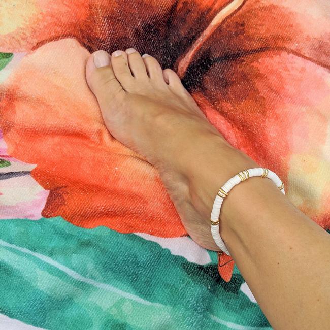 Bracelet de cheville, chevillière, en perles heishi blanc et doré style surfeur et création de Maia et Zoé