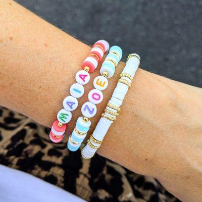 Bracelet de perles heishi personnalisable au prénom de votre enfant ou petit mot doux. Cadeau idéal pour une maman. Création originale Maia et Zoé