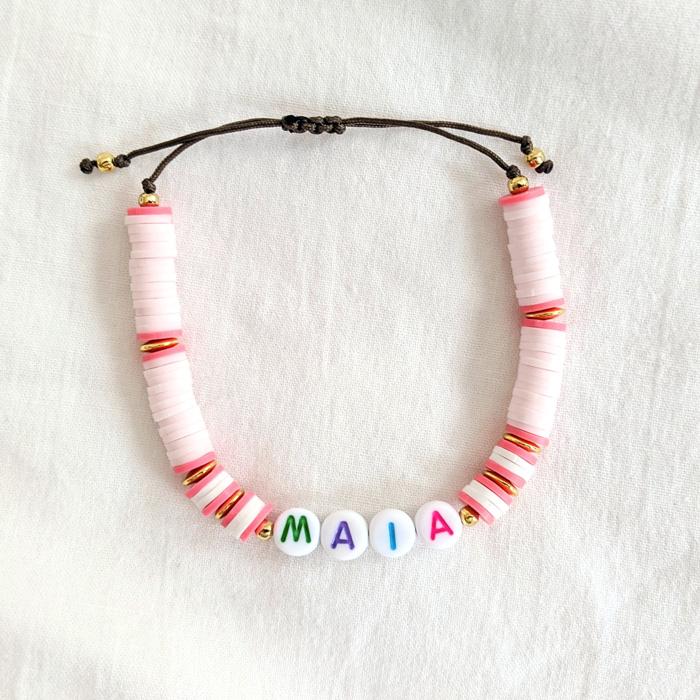 Bracelet de perles heishi rose personnalisable au prénom de votre enfant ou petit mot doux. Cadeau idéal pour une maman. Création originale Maia et Zoé
