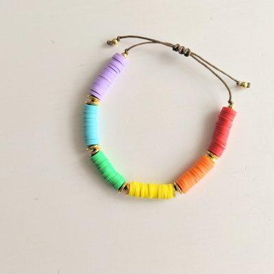 Bracelet perles heishi surfeur de toutes les couleurs arc en ciel rainbow, création Maia et Zoé
