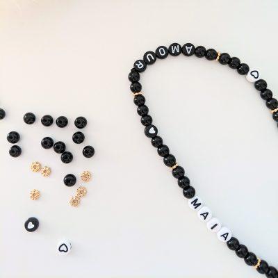 Bijou de téléphone à personnaliser aux prénoms de vos enfants et aux perles noires et dorées