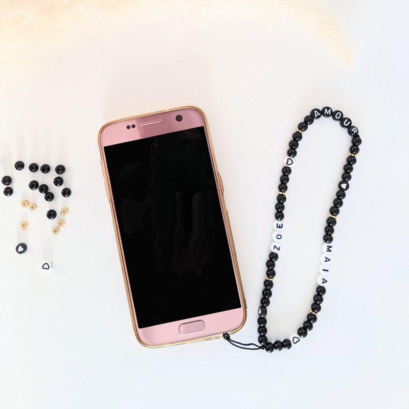 Petit grigri de téléphone aux perles noires et dorées, à l'esprit rock