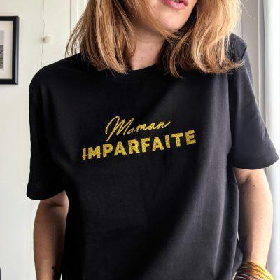 Tee-shirt noir pour maman imparfaite à l'imprimé or pailleté. Cadeau idéal à offrir à une maman pour la fête des mères, un anniversaire, cadeau de naissance ou comme cadeau de Noël