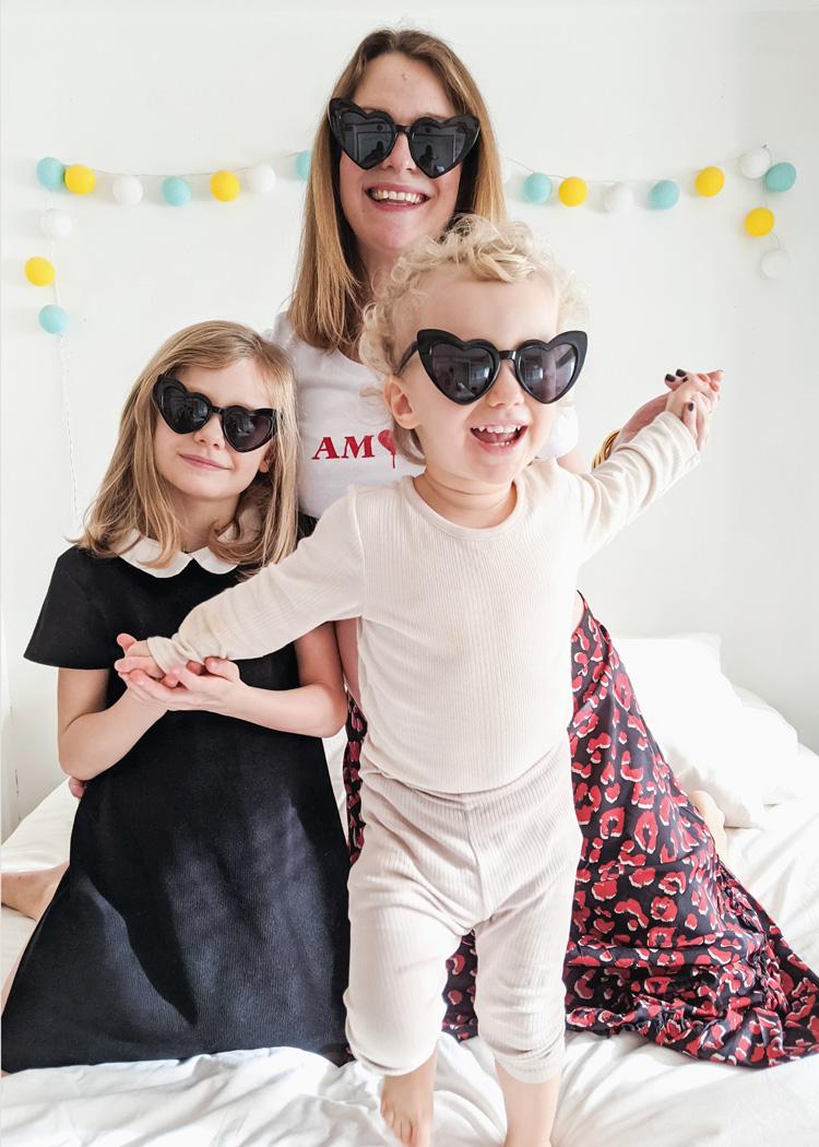Lunettes de soleil coeur noir pour maman et enfant fille. Parfait cadeau pour mère-fille