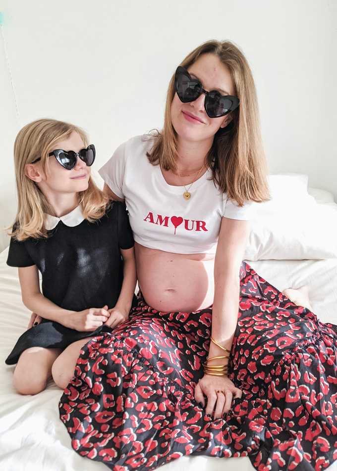 Lunettes de soleil mi amore en forme de coeur noir pour maman et enfant fille.