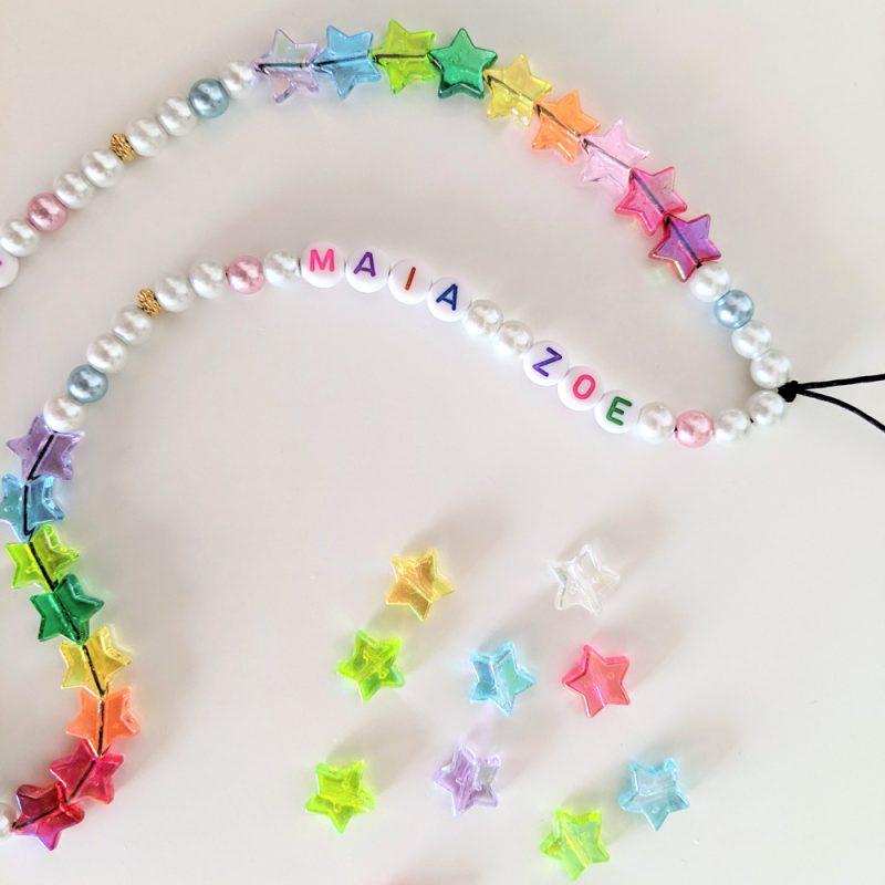 Bracelet grigri de telephone personnalisable aux prénoms des enfants ou mots aux perles etoiles arc en ciel