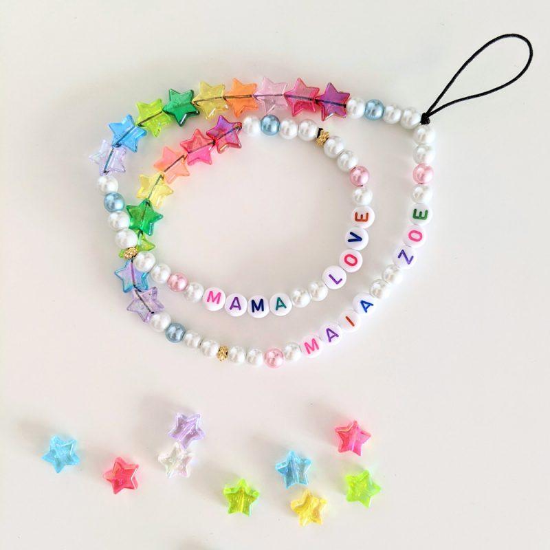 cordon de telephone personnalisable aux prénoms des enfants ou mots aux perles etoiles arc en ciel