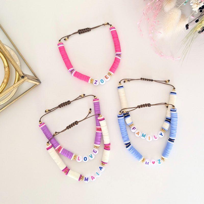 Bracelet personnalisé aux prénoms des enfants avec des perles colorés. Cadeau parfait pour la fête des mamans