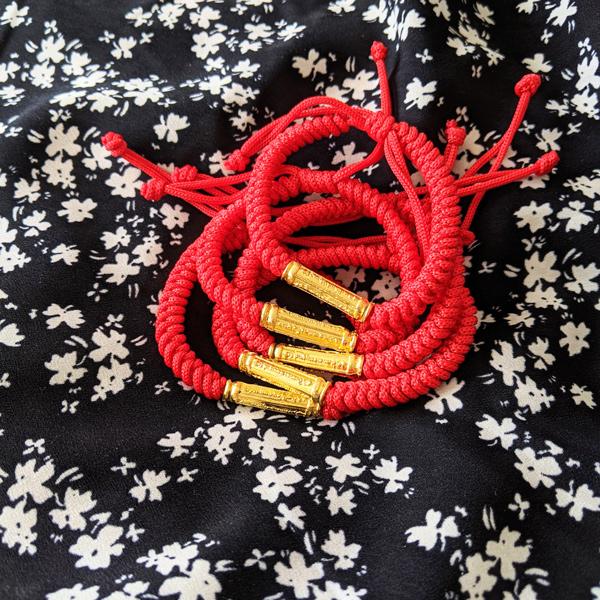 Bracelet bouddhiste cordon rouge et mantra